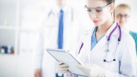 站立与文件夹的妇女医生在医院 免版税库存照片