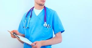 站立与文件夹的男性医生,隔绝在白色背景 免版税库存照片