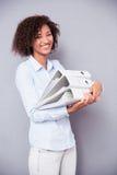 站立与文件夹的美国黑人的妇女 免版税库存照片