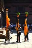 站立与旗子的尼泊尔战士在庆祝期间 免版税库存照片