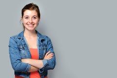 站立与横渡的胳膊的十几岁的女孩 免版税库存照片
