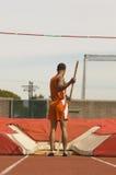 站立与波兰人的撑竿跳选手 免版税库存照片