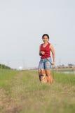 站立与狗的妇女 免版税库存图片