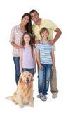站立与狗的愉快的家庭 免版税库存图片