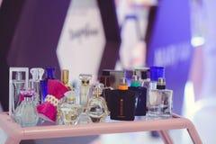 站立与玫琳凯香水乌克兰时尚星期 免版税图库摄影