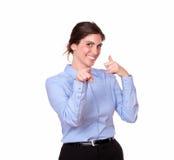 站立与电话姿态的美丽的妇女 免版税库存照片