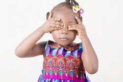 站立与眼睛的小女孩闭上 免版税库存照片