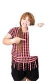 站立与空的垂直的白纸的亚裔肥满妇女在ha 免版税库存照片