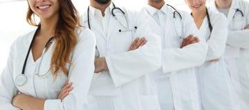 站立与胳膊的医疗队画象在医院横渡了 免版税库存图片