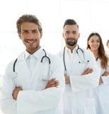 站立与胳膊的医疗队画象在医院横渡了 免版税库存照片
