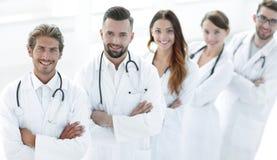 站立与胳膊的医疗队画象在医院横渡了 库存图片