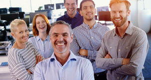站立与胳膊的商业主管队横渡 股票录像