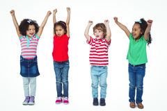 站立与胳膊的四个孩子在天空中上升了 免版税库存照片
