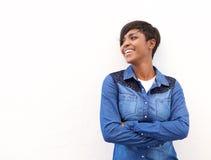 站立与胳膊的快乐的少妇横渡 免版税图库摄影