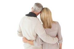 站立与胳膊的愉快的夫妇 免版税库存图片