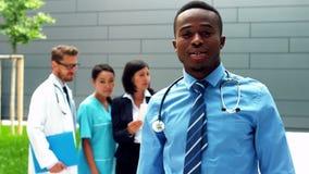 站立与胳膊的医生画象在医院横渡了 股票录像