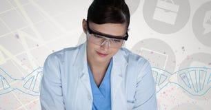站立与脱氧核糖核酸子线的医生妇女 图库摄影