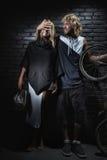 站立与自行车的夫妇 免版税库存图片