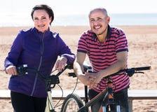 站立与自行车的夫妇 库存照片