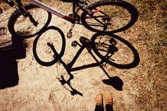 站立与自行车阴影的妇女 免版税库存图片