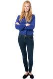 站立与被交叉的双臂的时髦妇女 免版税图库摄影