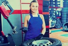 站立与轮子的妇女技术员 库存图片