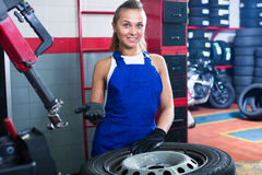 站立与轮子的妇女技术员 免版税库存照片