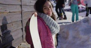 站立与雪板的微笑的混合的族种女孩 影视素材