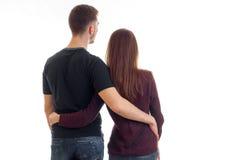 站立与他的一对年轻夫妇回到照相机和拥抱的特写镜头 免版税库存图片