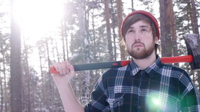 站立与他的轴的伐木工人在森林,轻的漏出围拢他 股票视频