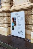 站立与Kunsthistorisches博物馆,维也纳,奥地利地图  免版税库存照片