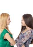 站立两个的十几岁的女孩特写镜头画象面对面 库存照片