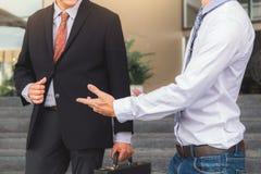 站立两个的商人谈话在办公室,企业partne外 免版税图库摄影