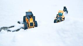 站立两叉子的石楠并行和一个多雪的冬天 免版税图库摄影