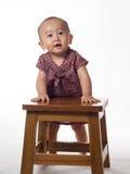 站立使用支持的婴孩 免版税图库摄影