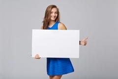 站立全长美丽的妇女后边,举行白色bl 库存图片