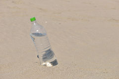 站立冰冷的未贴标签的瓶刷新的水挺直 免版税库存图片