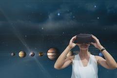 站立反对与火光和3D行星的天空背景的愉快的妇女 库存照片