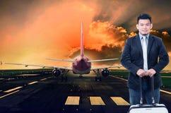 年轻站立反对喷气式客机的人和行李飞行prepa 库存照片
