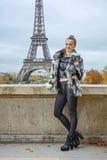 站立反对埃佛尔铁塔的愉快的妇女在巴黎,法国 库存照片