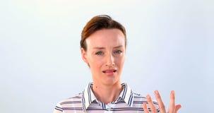 站立反对白色背景4k的震惊妇女 股票录像
