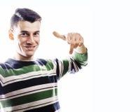 站立反对白色bac的一个聪明的严肃的年轻人的画象 免版税库存照片