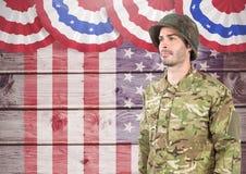 站立反对美国国旗背景的战士 图库摄影