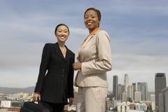 站立反对都市风景的女实业家 库存照片