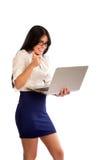 拿着膝上型计算机和做赞许的少妇 免版税库存图片