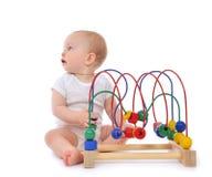 站立和演奏木educationa的婴儿儿童小小孩 免版税库存照片