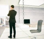 站立和认为在一个现代办公室, 3D Renderi的商人 库存图片