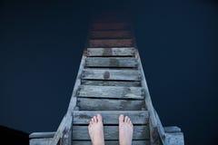 站立和认为在码头的人 免版税图库摄影