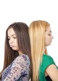 站立回到bac的两个阴沉的十几岁的女孩特写镜头画象  免版税库存照片