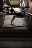 站立在一个优美的姿势的优美的芭蕾舞女演员 库存图片